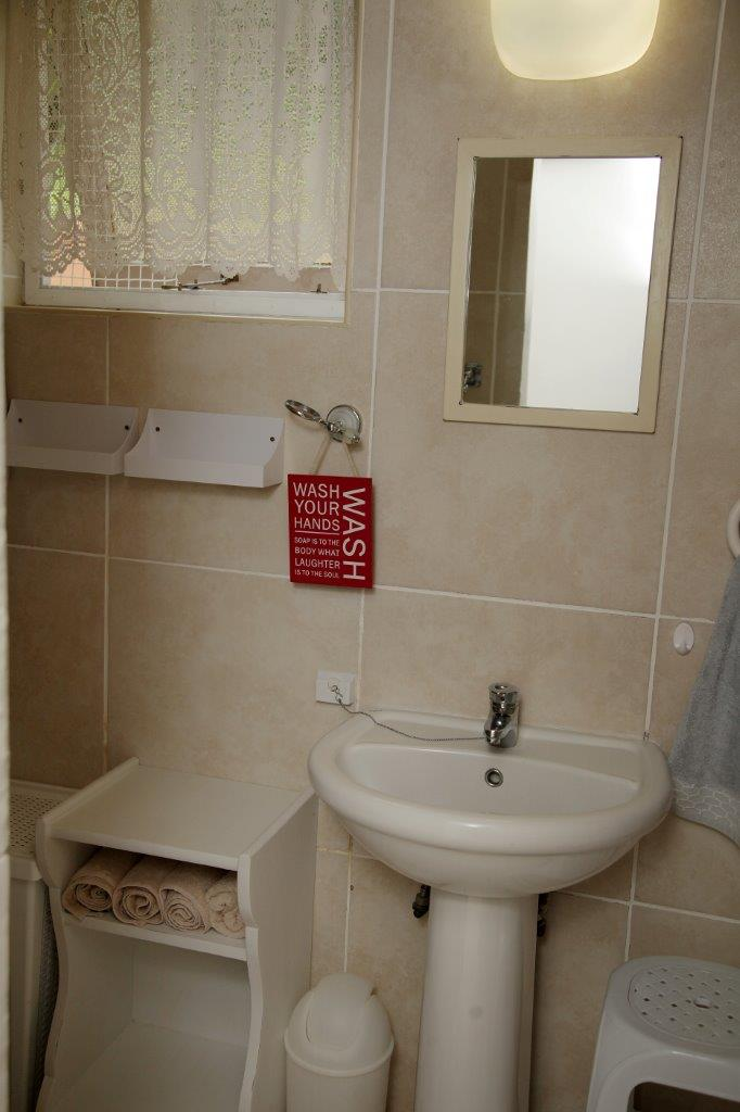 29 Shower Bathroom 03